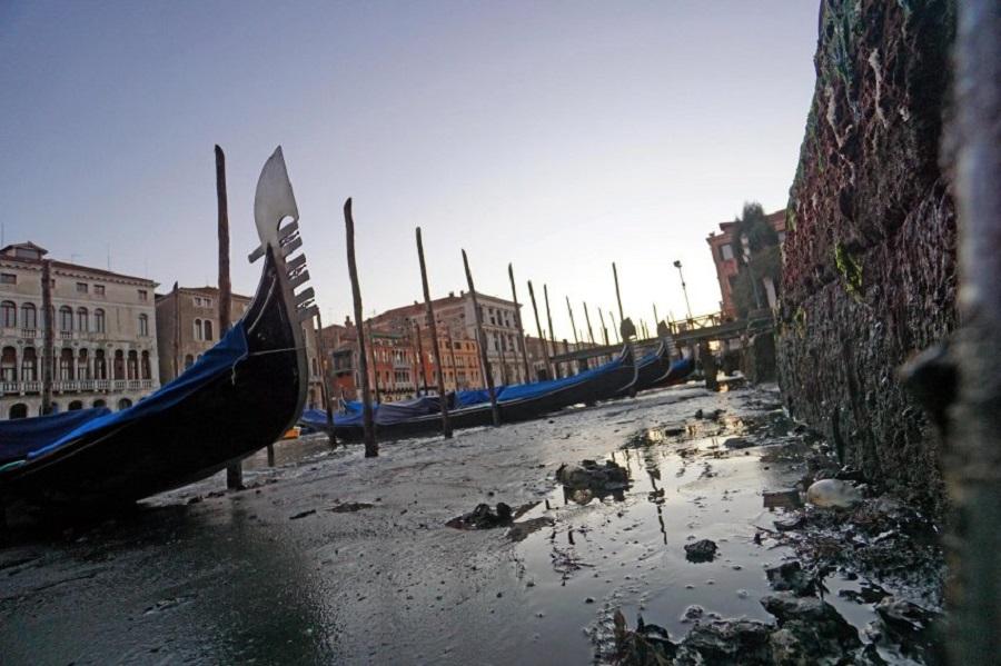 Аномалия: вВенеции пересохли каналы, агондольеры остались без работы